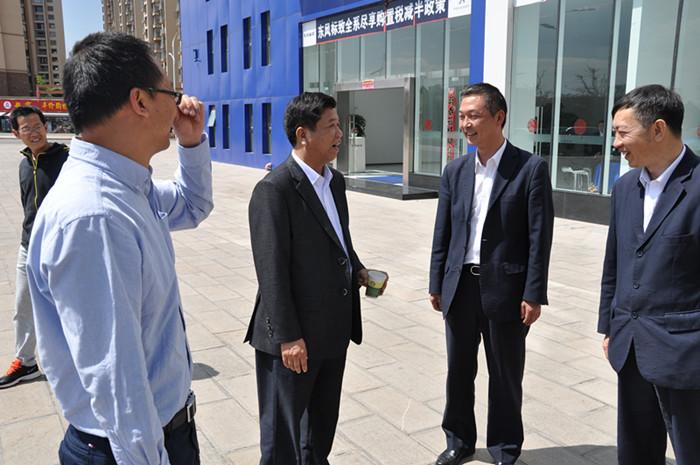 院长与云南交通技师学院小微创业园的东风标致汽车销售企业领导交高清图片